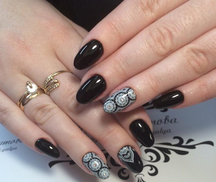 Черные матовые узоры на ногтях