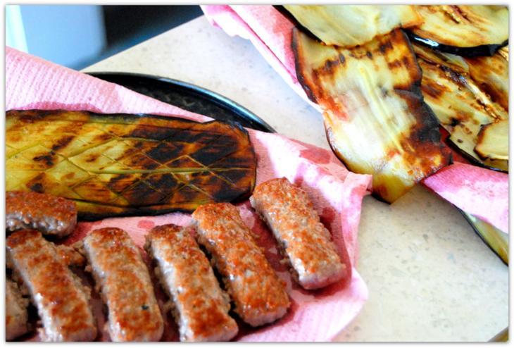 Чевапчичи в баклажанах с сыром фета и пикантной морковкой.
