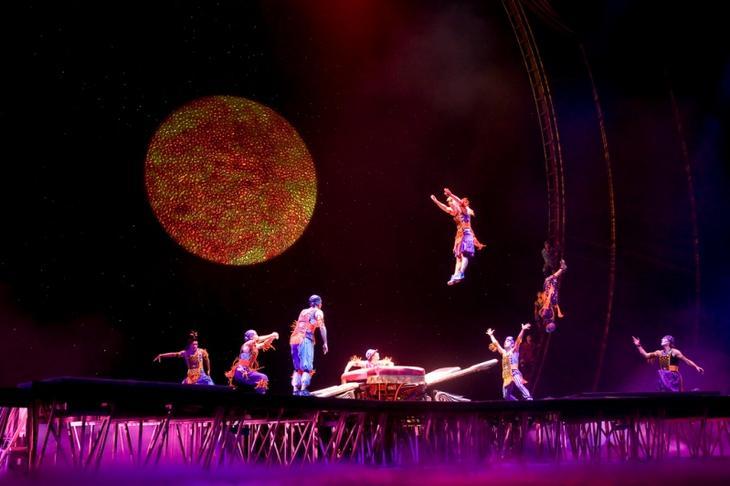 Шоу Cirque Du Soleil с программой Zaia в Венецианском казино в Макао. Фото