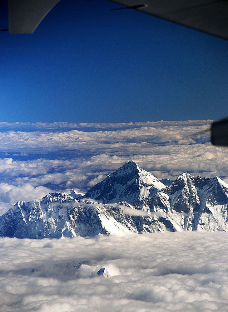 10. Вид на гору Эверест с борта самолёта. интересное, фото