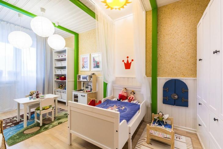 Стены комнаты для девочки оформлены жидкими обоями приятного желтого цвета