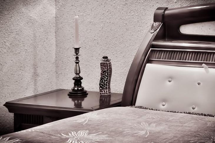 Благородный белый цвет жидких обоев в спальне