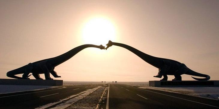 Целующиеся динозавры. достопримечательности, скульптуры, статуи