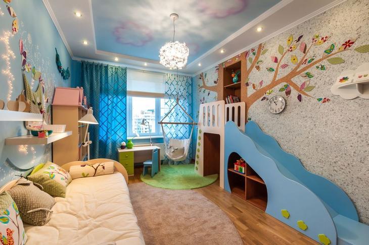Очаровательная детская комната с панно, выполненным жидкими обоями