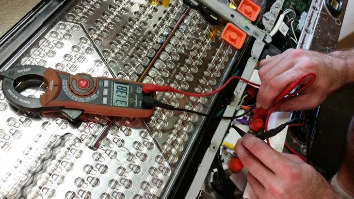 До того, как полностью ее разобрать, было замерено электрическое напряжение, подтвердившее рабочее состояние батареи. авто, факты