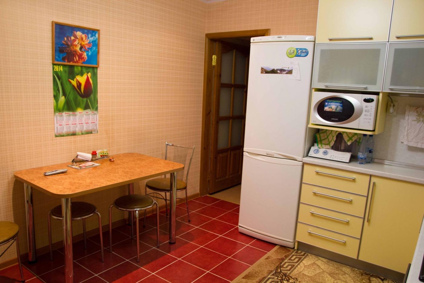 Г-образная желтая кухня 12 кв.м с выходом на балкон (14 фото.