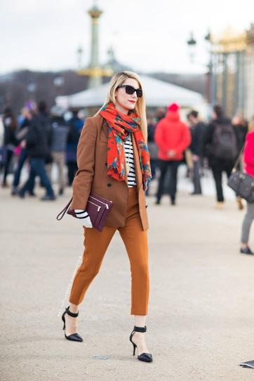 Девушка в коротких брюках, тренче и шарфом на шее