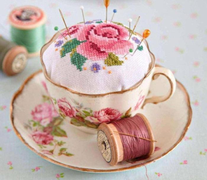 Подушка для иголок в старой чашке.