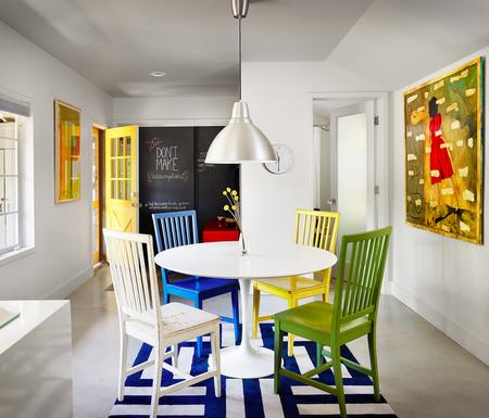 Яркое обновление: 12 идей для вашей кухни с разноцветными стульями фото 11