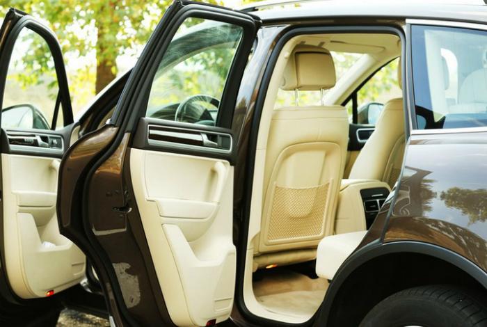 Чтобы эффективно проветрить салон автомобиля, откройте любое окно спереди, и 5-6 раз откройте-закройте любую заднюю дверь.