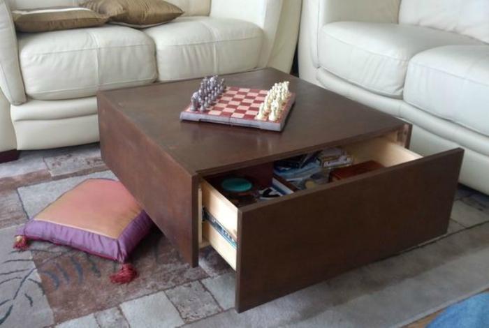 Кофейный столик с большим выдвижным ящиком.