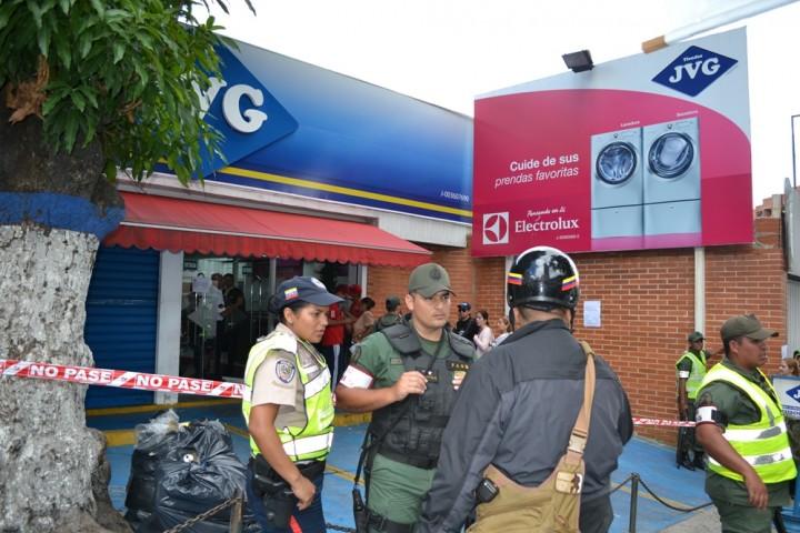 16ftoood Социалистическая «оккупация» в Венесуэле: Армия захватила магазины и раздает товары почти бесплатно