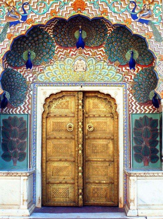 Дверь в восточном стиле, украшенная пестрыми изображениями павлинов.