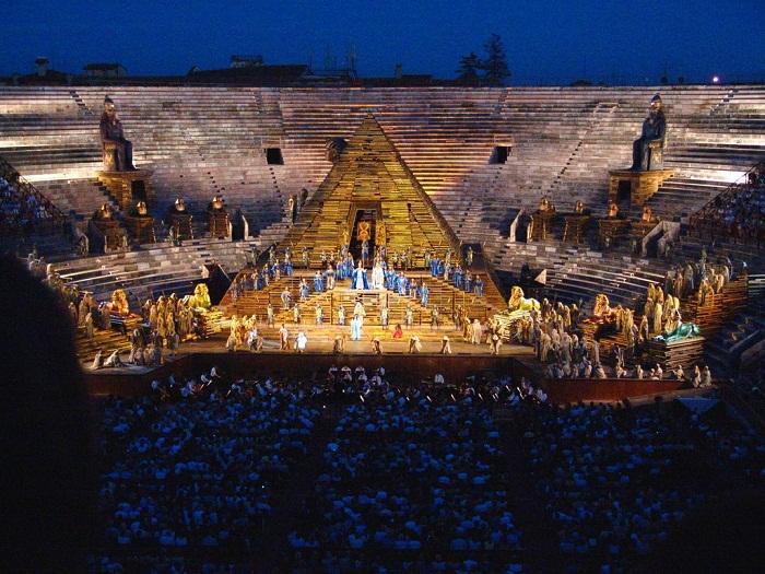 Арена ди Верона — самое фееричное место проведения оперных действ.