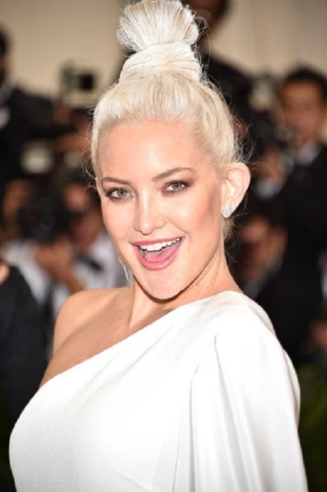 На создание белоснежного высокого пучка, дополнившего платье актрисы, стилиста вдохновило оригами.
