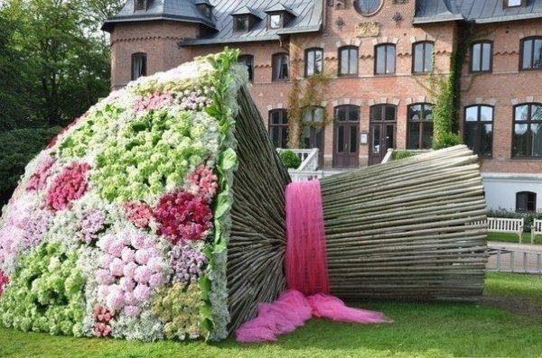 Потрясающие скульптуры из цветов (17 фото)