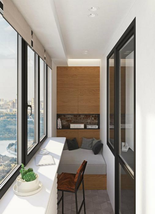 Балкон с натуральной отделкой.
