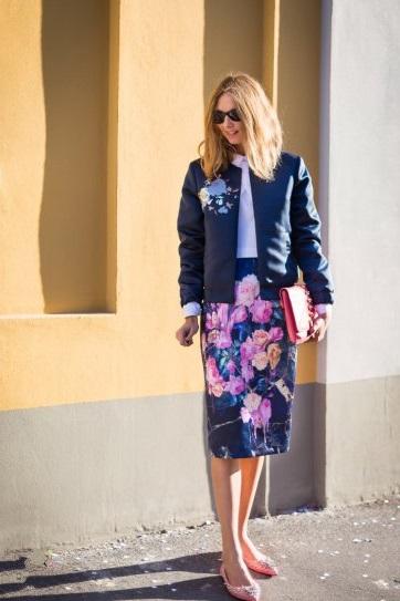 Candela Novembre в цветочной юбке и куртке с принтом