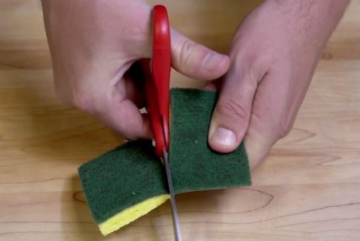Разрезаем губки на пополам. | Фото: TipHero.