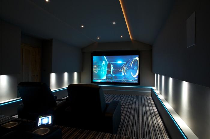 Использование неонового освещения в домашних кинотеатрах