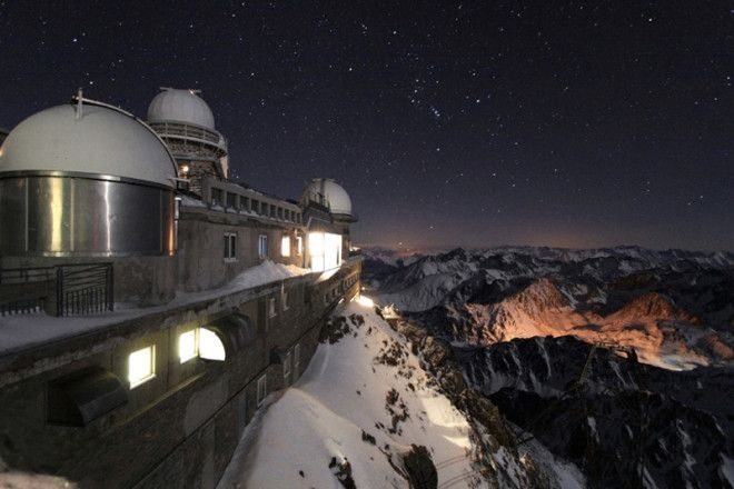 Гора Пик-дю-Миди в Пиренеях одно из немногих мест, где благодаря особому спокойствию атмосферы фотографические наблюдения сравнимы с визуальными. Такая особенность позволяет ученым местной обсерватории делать уникальные снимки, а туристам — наслаждаться видами звездного неба.