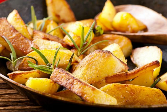 Жаренный картофель с золотистой корочкой.