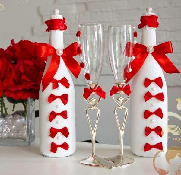 Декор бутылки шампанского на свадьбу с лентами и бусинами