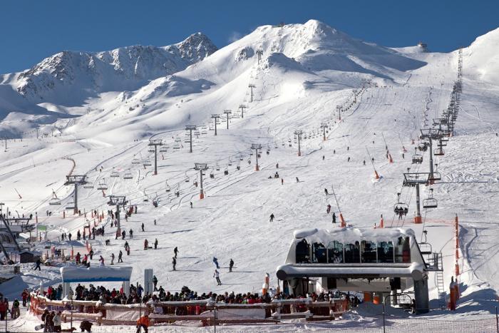 Горно-лыжные курорты Андорры популярны во всем мире / Фото: hotelcomapedrosa.com