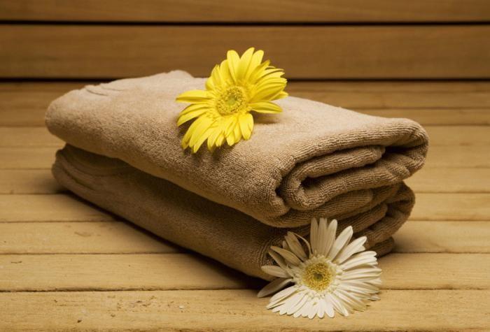 Банные полотенца и цветы
