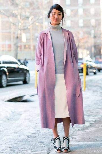 Девушка в белой юбке и пурпурном пальто
