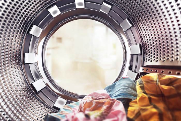 При слишком интенсивной работе машинки во время отжима складки на одежде становятся заметнее. /Фото: rd.com