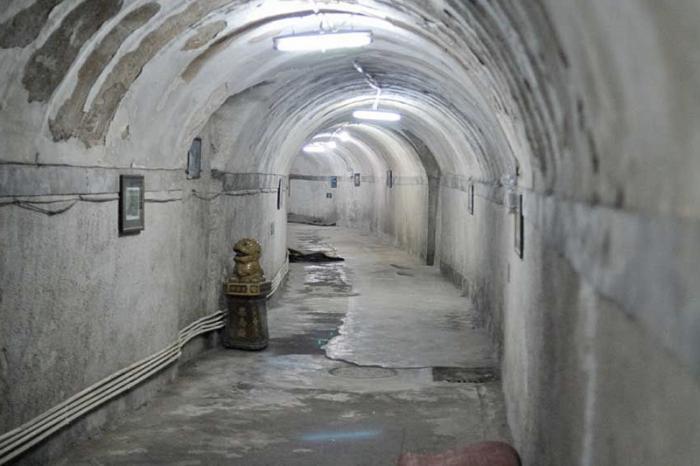 Подземный город, Китай В 1969-х годах в Китае полагали, что ядерная война с СССР лишь вопрос времени. Чтобы жителям было где укрыться от удара, под центром Пекина на площади в 85 квадратных километров было решено выстроить подземный город, способный вместить 300 000 человек. В галереях оборудовали больницы, школы, кафе, кинотеатры и даже ледовый каток. С 2000 года бомбоубежище стало открыто для широкого круга посетителей всего за 20 юаней.