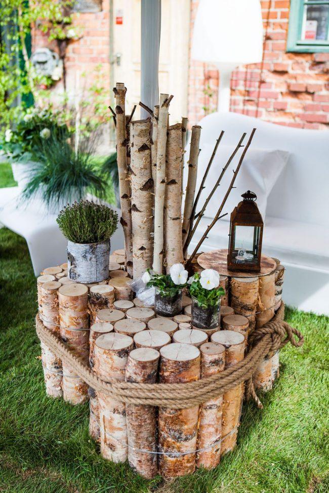 """Импровизированный """"столик"""" из дров. Такие конструкции выглядят очень красиво, а главное - их очень легко оформлять"""