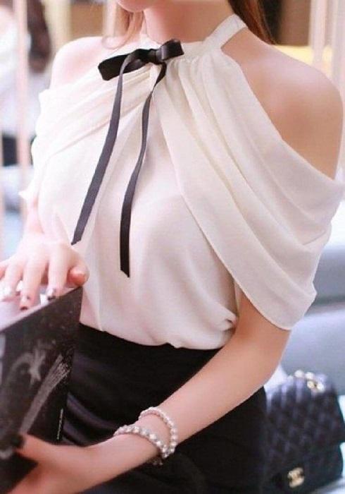 Интересная изюминка в виде оголенных плеч придает образу пикантности и сексуальности.