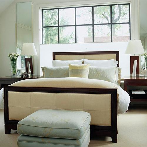 декоративные подушки на кровати