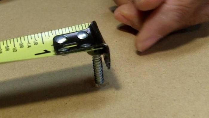 Отверстие на конце измерительной рулетки поможет зацепить ее за гвоздь или шуруп для точности измерений.