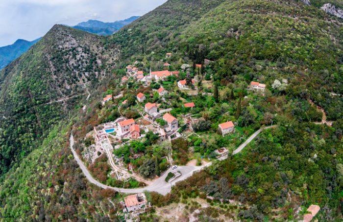 Старинное поселение, которое расположено на высоте 300 метров над уровнем моря, стоит практически пустое, оживая лишь в летний сезон.