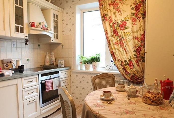Основа цвета для такой кухни - светлый, а подобранные детали лишь добавят уюта и приятной атмосферы в кухне.