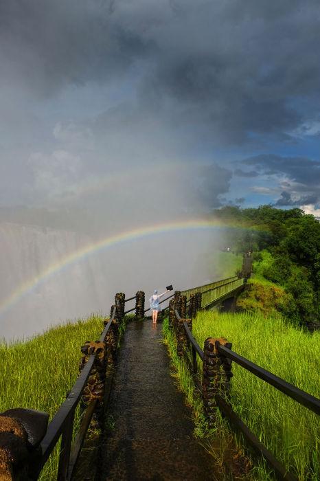 Веселая радуга в туманной оболочке водопада.