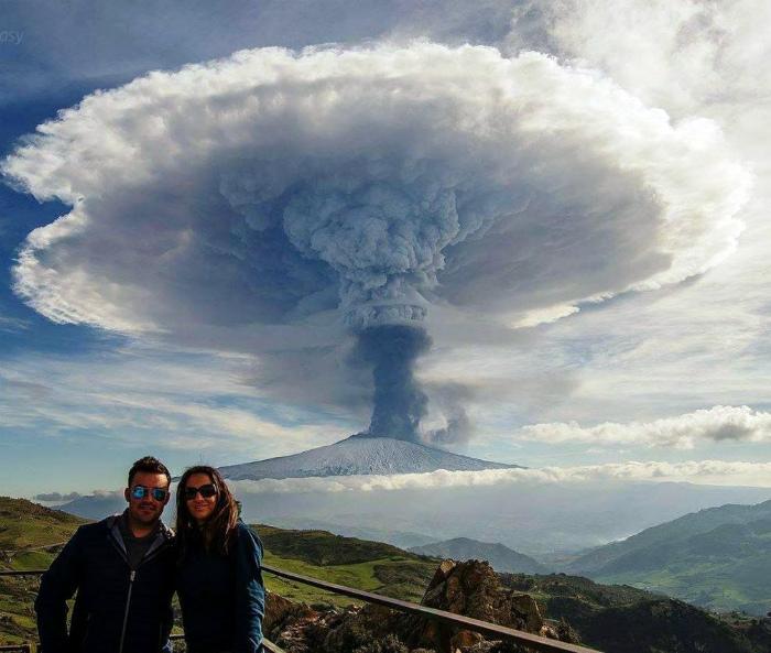 Фото на фоне вулкана.