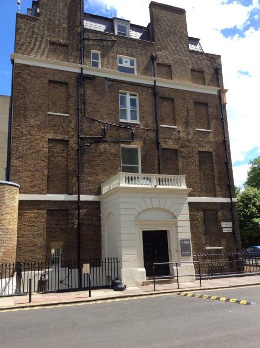 После введения «оконного налога» многие здания остались в темноте (Англия).