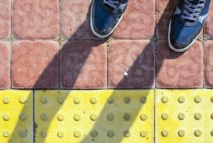 Контрастная тротуарная плитка с объемным узором.   Фото: Васи.нет.