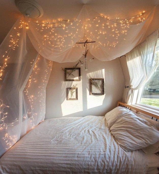 Поставьте кровать у окна, вплотную к подоконнику