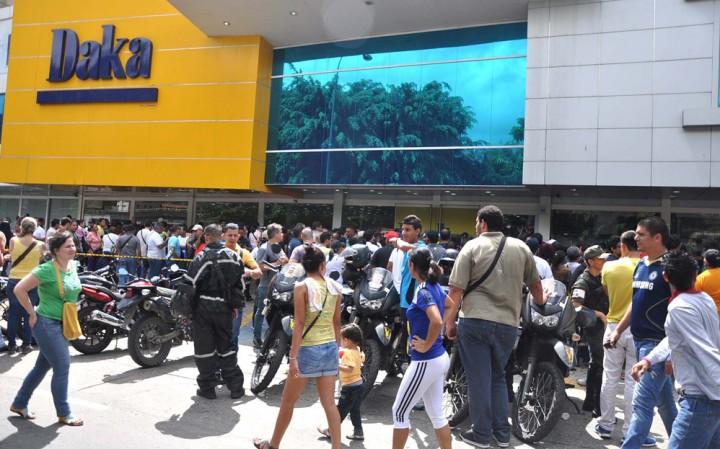 daka29n Социалистическая «оккупация» в Венесуэле: Армия захватила магазины и раздает товары почти бесплатно