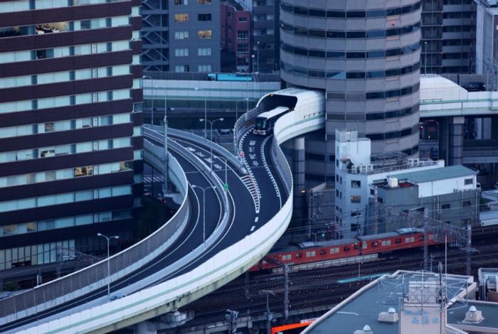 Дорога, которая проходит через офисное здание в Осаке.