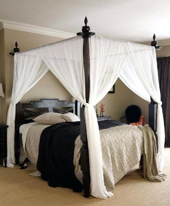 Кровать с балдахином не только смотрится оригинально, но еще и спасает в лютые морозы. /Фото: avatars.mds.yandex.net