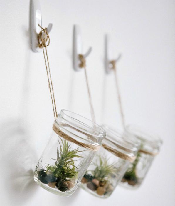 Подвесные флорариумы в стеклянных баночках.