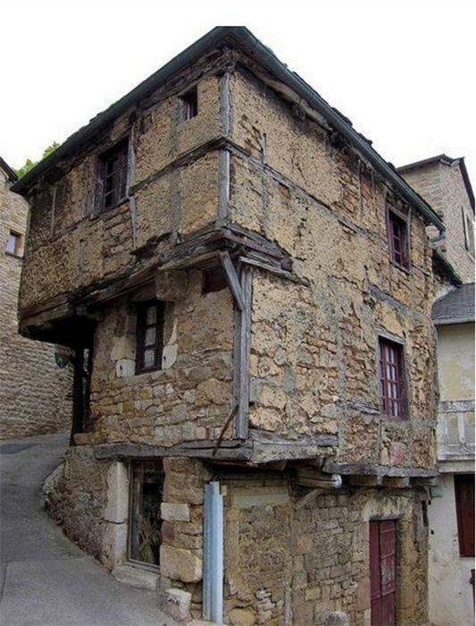 Самый старый жилой каменный дом Европы, предположительно расположен во Франции. /Фото:allworld4us.livejournal.com