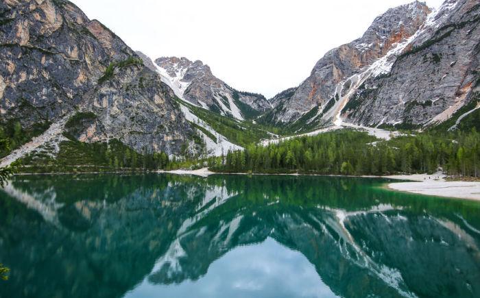 Изумрудное озеро посреди Альпийских гор.