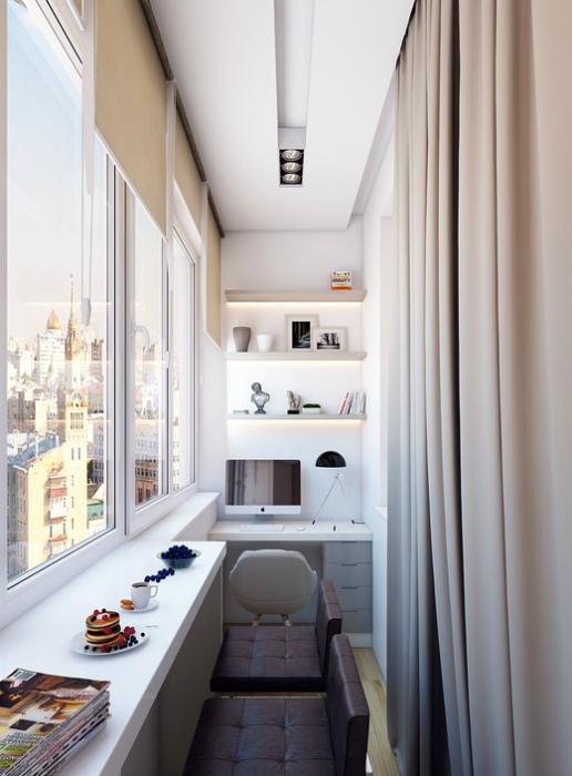 Балкон с барной стойкой и рабочим местом.